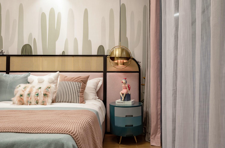次卧是浪漫的粉色调,整个空间少女感十足。