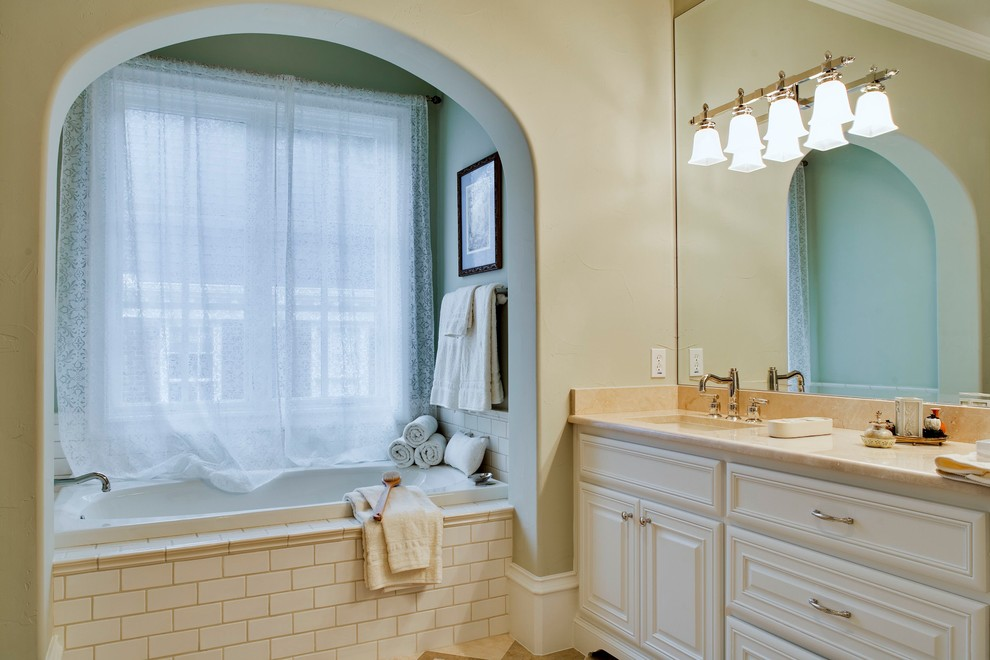 卫生间的洗手台和浴池做了干湿分离,整体很是简单大方