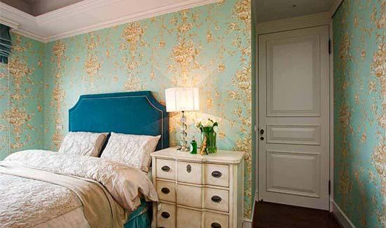 客卧里,湖水蓝的花纹壁纸,搭配贵族蓝的床板,精准围塑浪漫优雅的睡眠神情。
