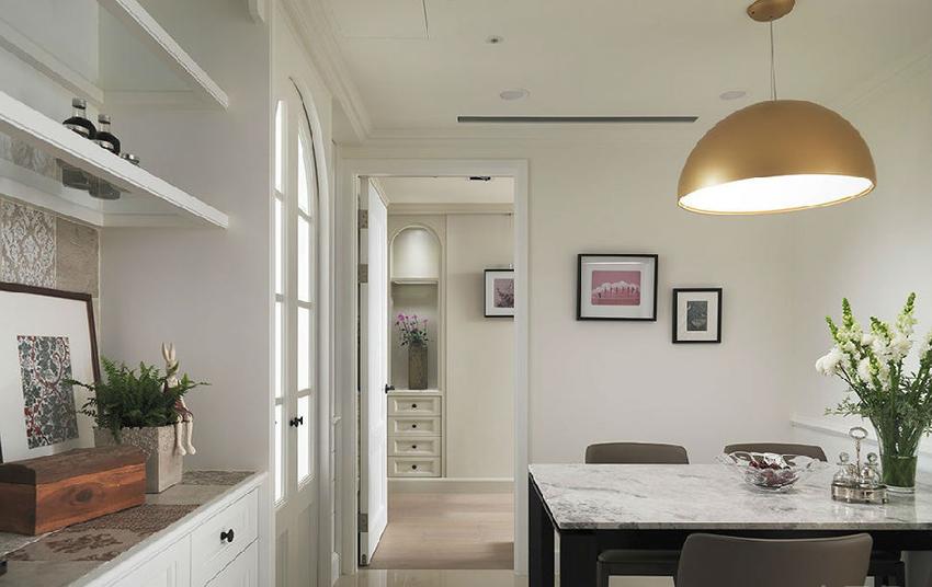 随着端景柜将客厅的现代感,过度到餐厨区的美式古典,考虑到家人虽然每天开伙,但停留餐厅的时间不长。