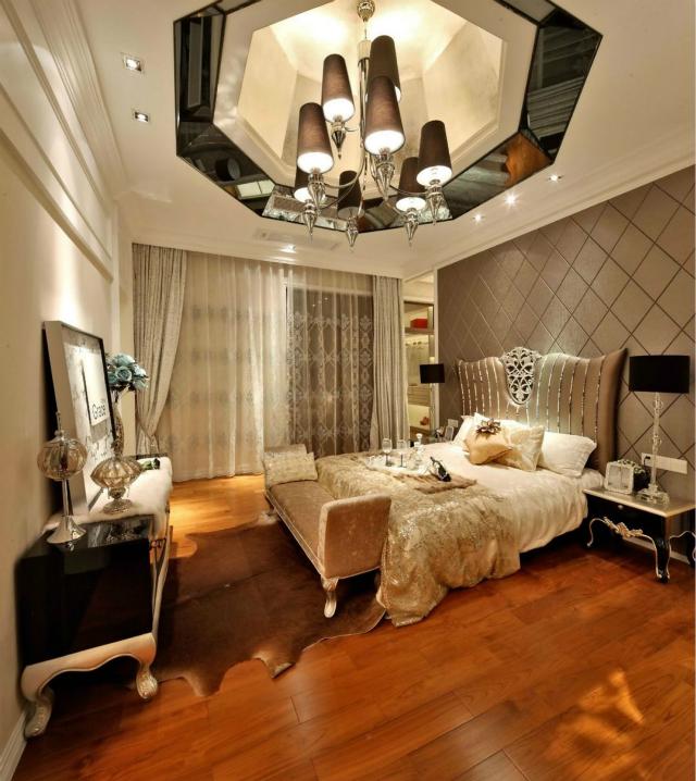 卧室整个空间表现出皇家贵族般的生活格调,庞大华丽的灯池搭配精致的软装设计将富贵尊荣表达的淋漓尽致。