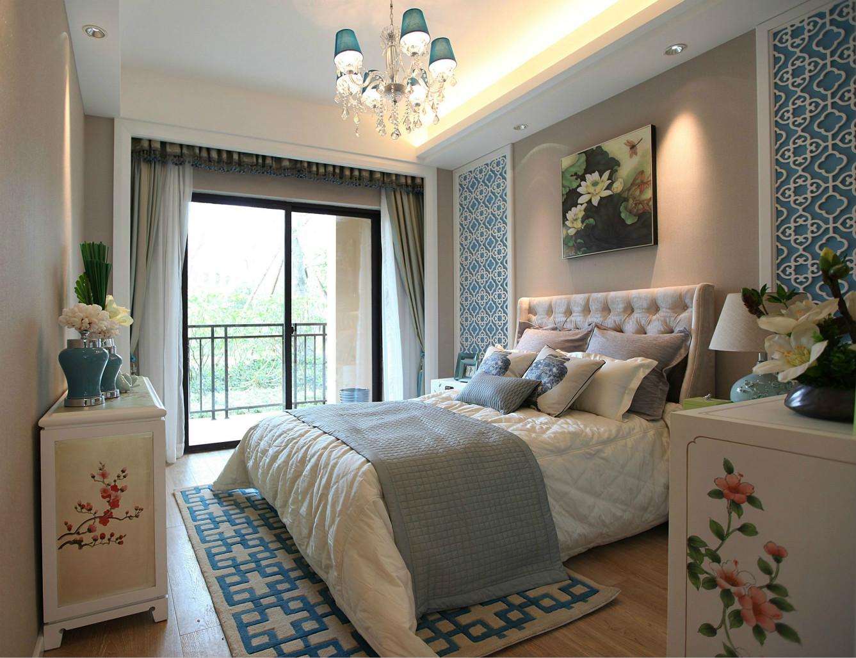 卧室中放置着清晰线条白色铺至软包的大床,加上棕色原木镶边,更显简约大气之感