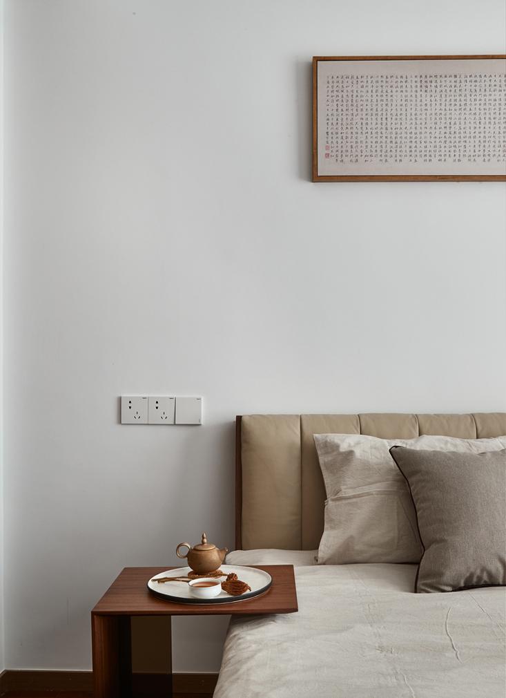 干净、简洁的白色空间里,一幅字画映入眼帘,使得整个空间呈现典雅又不缺乏时尚的特色。