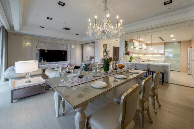 靓丽的灯池美化了上方空间,餐厅家具与地板色调一致,造型流畅非常美感。