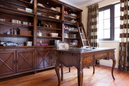 书房整体采用实木家具,衬托出主人高档,厚重的独特品味。