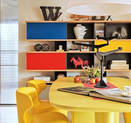 在活力而明亮的红、蓝、黄色调中中,是各式陈设艺术品的穿插。