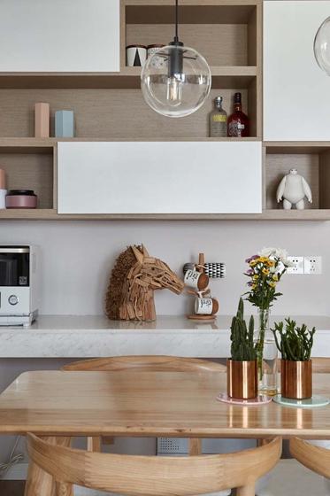 颇具设计感的餐厅灯,彰显品位,壁橱内摆放有趣的手办、十分活泼,也兼顾实用性。