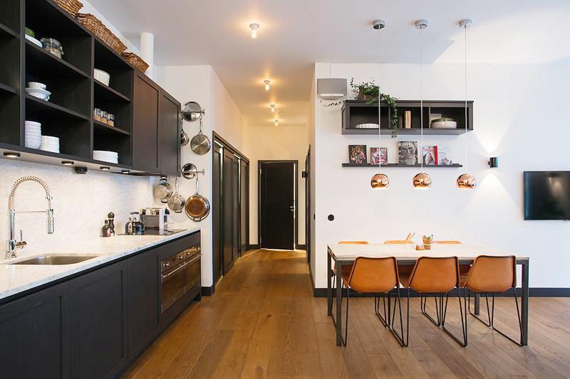 餐厅正对着开放式厨房,更像是在客厅角落开辟出的一角位置,只放置了一套餐桌椅,流出了富足的活动空间。