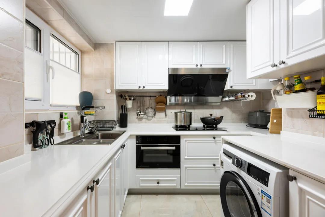 白色基调的厨房使空间更加通透明亮,局部黑色家电点缀,简约时尚,更显精致。