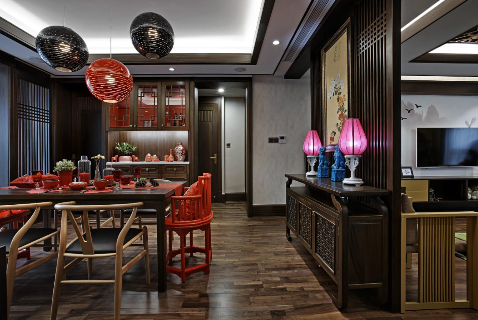 餐厅,复古实木餐桌和皮质餐椅,给人高贵又时尚的感觉。