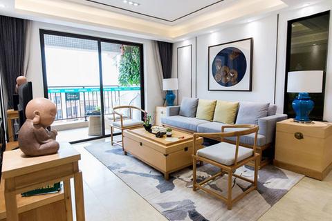 规规矩矩的摆放,简简单单的家具,非常简洁,乍一看甚至会被误认为日式客厅,好在沙发两边的青色花瓶的台灯
