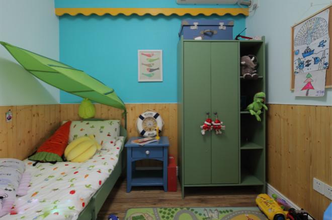 纵观整个儿童房,绿色、蓝色等等巧妙融合一起,给孩子一个五彩缤纷的世界。床头伞的搭配,仿佛度假一般。
