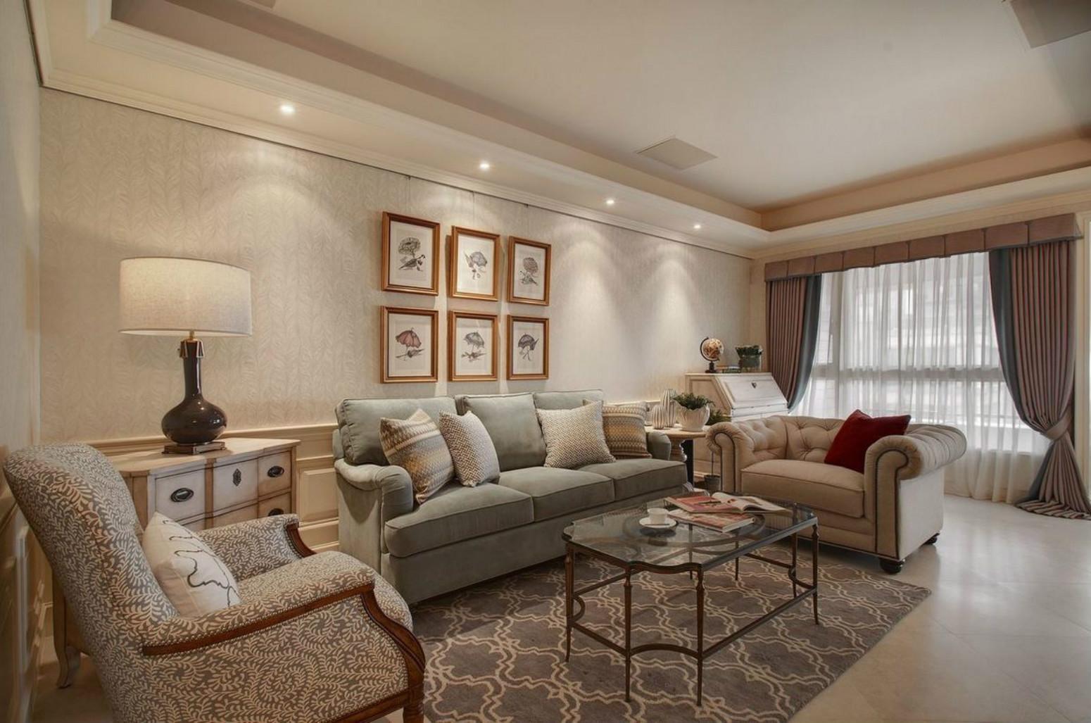 装饰画给整体简洁素净的客厅加入活泼热情的氛围