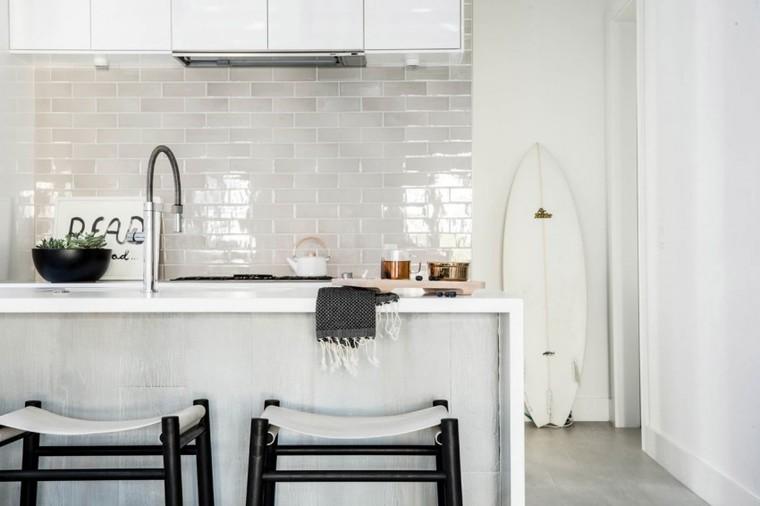 简单白色调搭配出的厨房和餐厅区域显得干净、整洁。