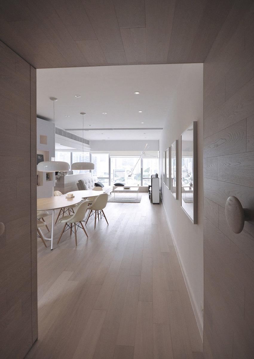 入门处直接打造了两面柜子,简单大方,原木色也更有温度。
