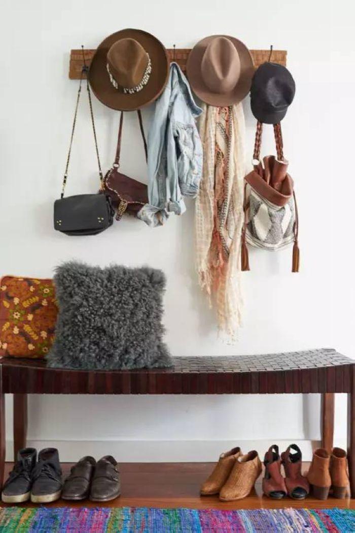 回到玄关,一张长凳和一排衣钩,简简单单的打造出有味道的玄关。