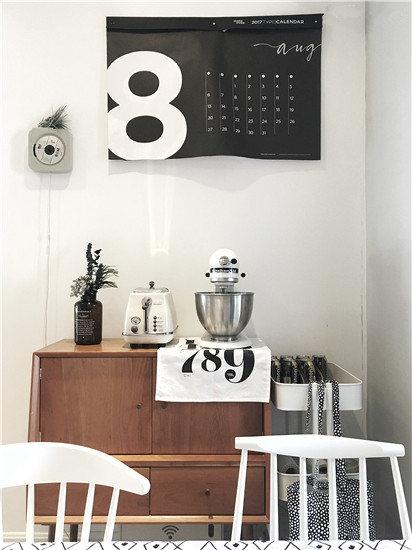 这面墙却有两个超大的电表箱和网络箱,普通的装饰画很难覆盖,于是选了moreover家的日历,尺寸够大