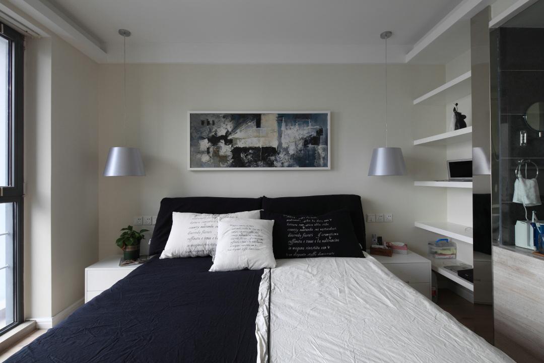 次卧也是比较简约整洁,床头两边单一简单的吊灯使整个屋子温黁舒适