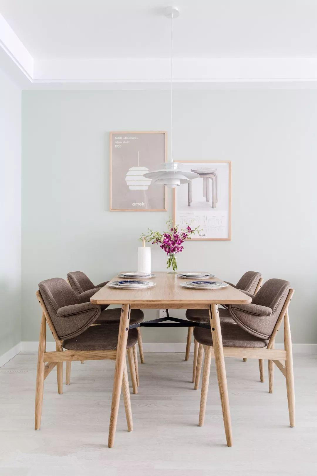 餐桌旁的两幅画,既是装饰,更代表了屋主对大师的崇敬。