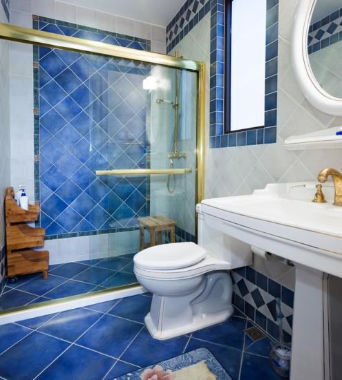卫生间又融入了地中海设计。蓝色白色交叉相应,仿佛享受于蓝天白云般自然境界中。