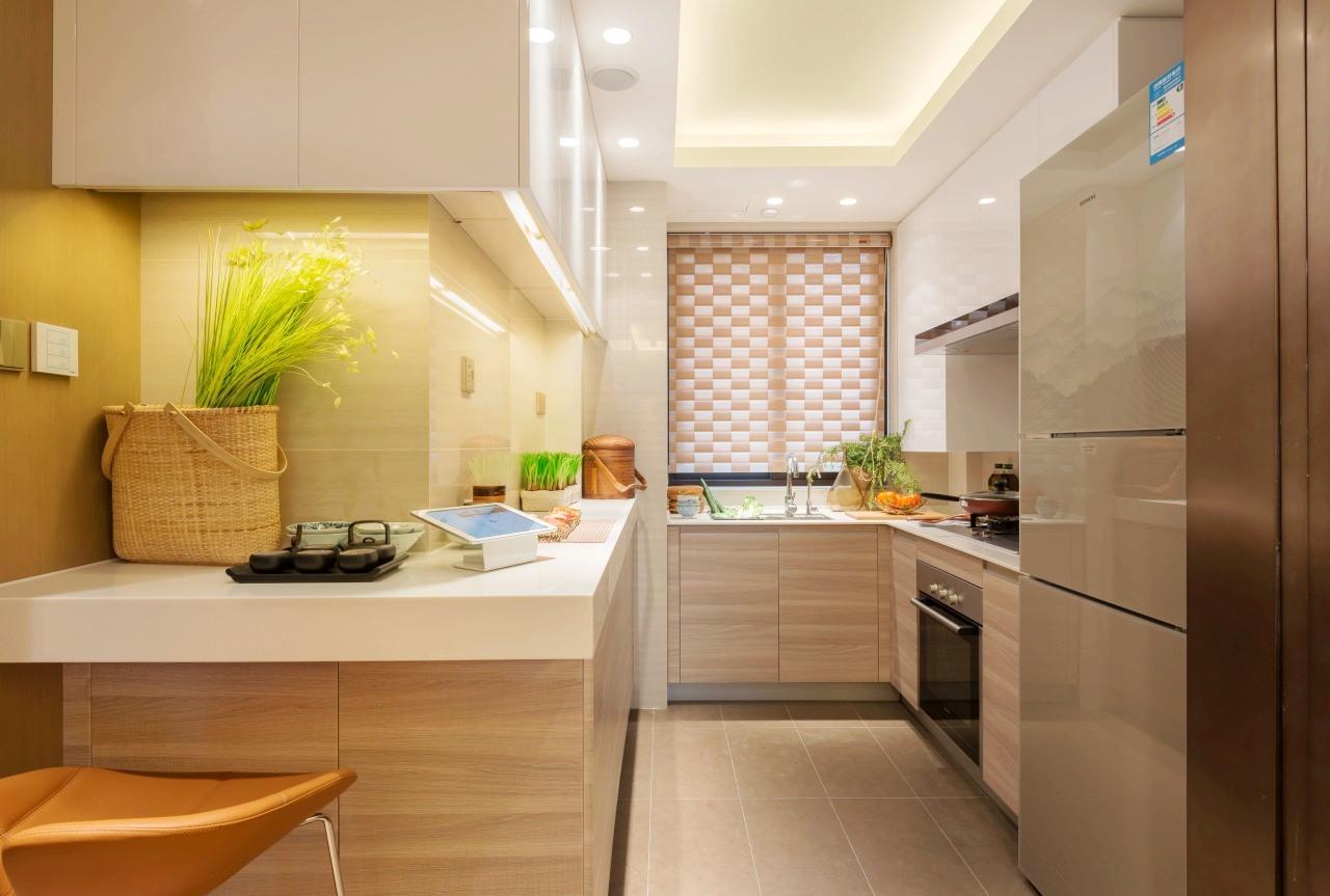 开放式厨房让活动更加自由,采用时下最受欢迎的L型橱柜,浅色增加视觉效果,地柜+吊柜,小空间功能十足。