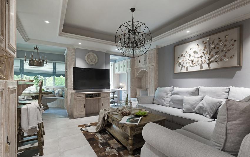 色彩上使用沉静的高级灰墙面,与原木色和白色相呼应,一组灰色系的棉麻布衣沙发撑起了舒适的客厅空间。