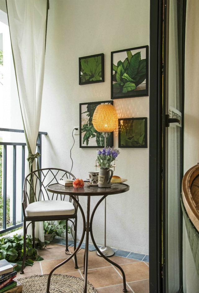 阳台设计了休闲区域,在闲暇的午后,浇浇花或坐下品一壶茶,都是非常美好的时光。