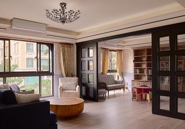 利用推拉门区隔客厅与书房,展现开放式格局的自在与穿透感。
