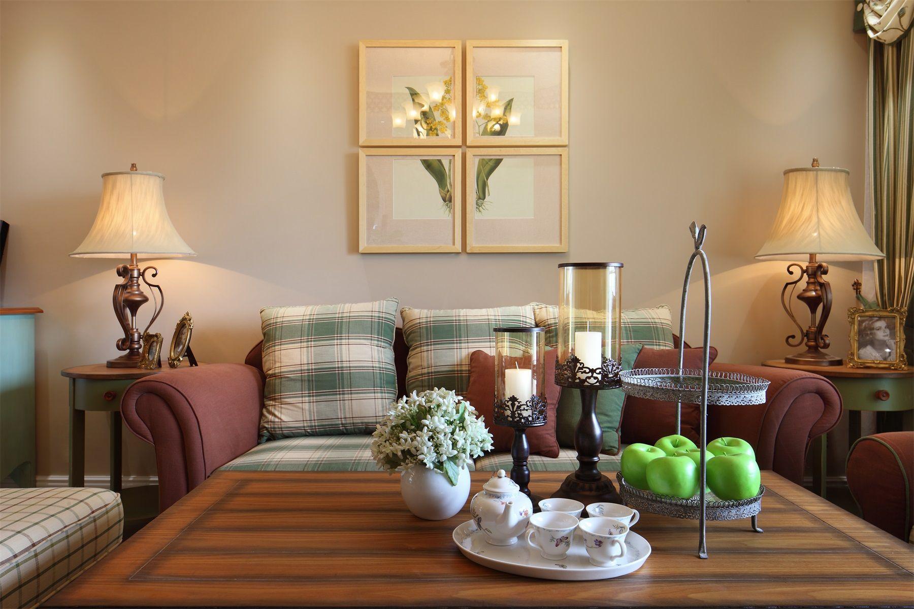 欧式的台灯两边对称,原木桌子上的一套金边花纹瓷茶碗分外吸引人。