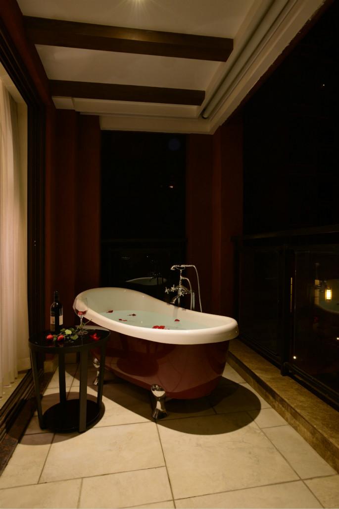 泡在洒满花瓣的浴缸里,舒舒服服的泡澡,真的很知足。