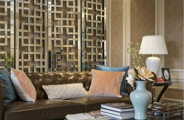 沙发背景墙采用镂空设计,又给整个空间增添了中式的雅致。