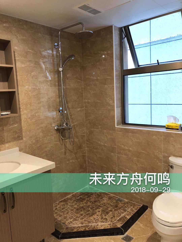 卫生间以浅色为底色,窗户保证了空气流通,洗手台上设计置物架,放置洗漱用品也非常方便,美感与实用共存。