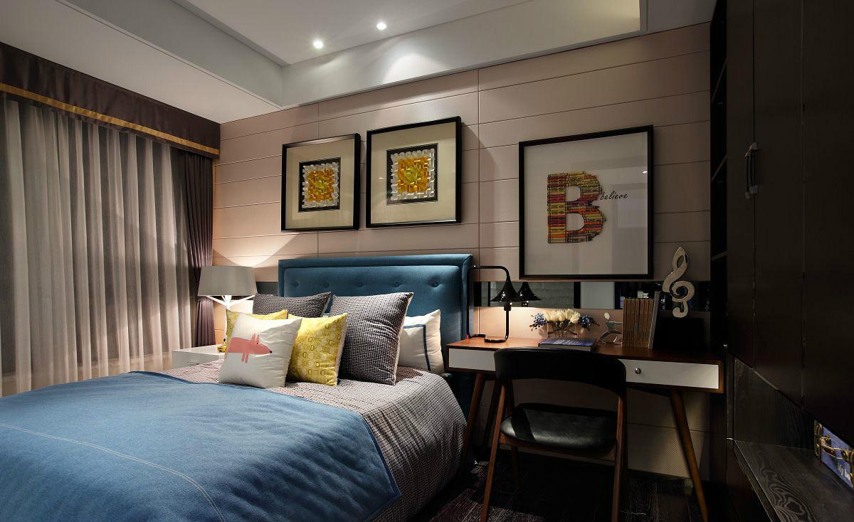 次卧清晰直线条的蓝色木质大床配上柔软的床品,大气而舒适。