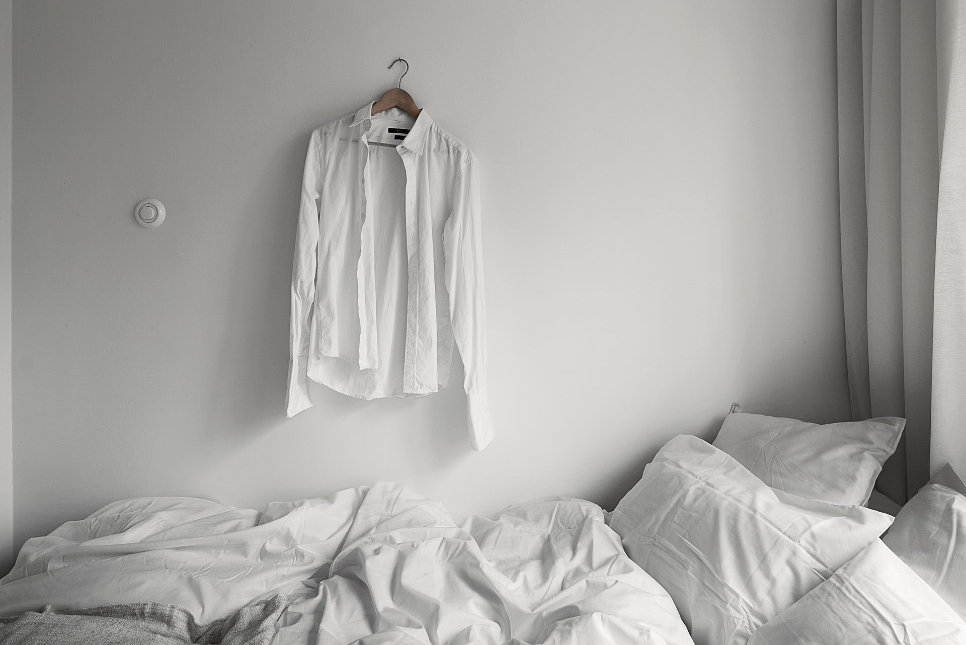 卧室以白色系列为主,显得整体干净清爽,一个非常舒适的休息场所