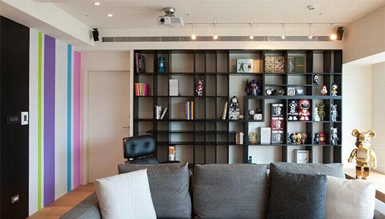 客厅沙发背墙处以黑色沉稳构筑展示架,不仅让公仔有了全面性的舞台,也创造聚焦性的视觉变化。