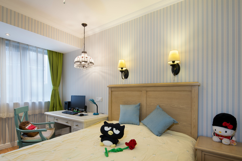 次卧,浅色的床头背景墙有一个强烈的视觉对比。