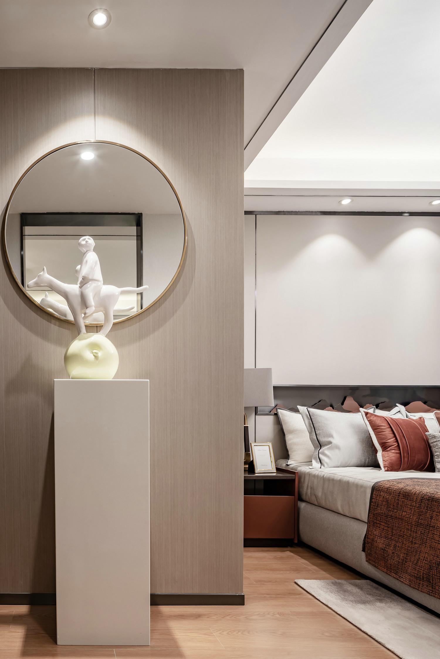 从门口望向主卧,也能感觉到舒适与时尚,门口设计了圆形镜子,实用与装饰性能十足。