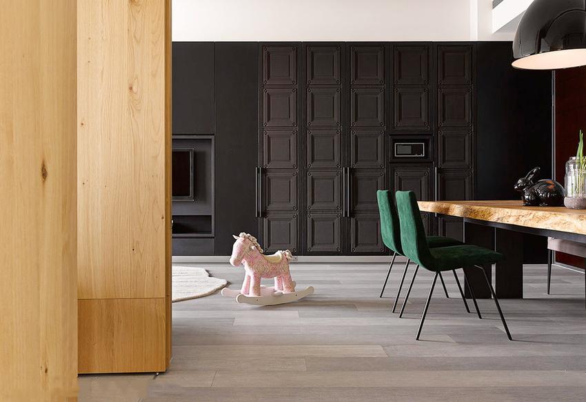 站在过道上,一副浓缩了整间房子精华的画面,黑色大门充满个性,又和粉色木马产生视觉反差,却不突兀。