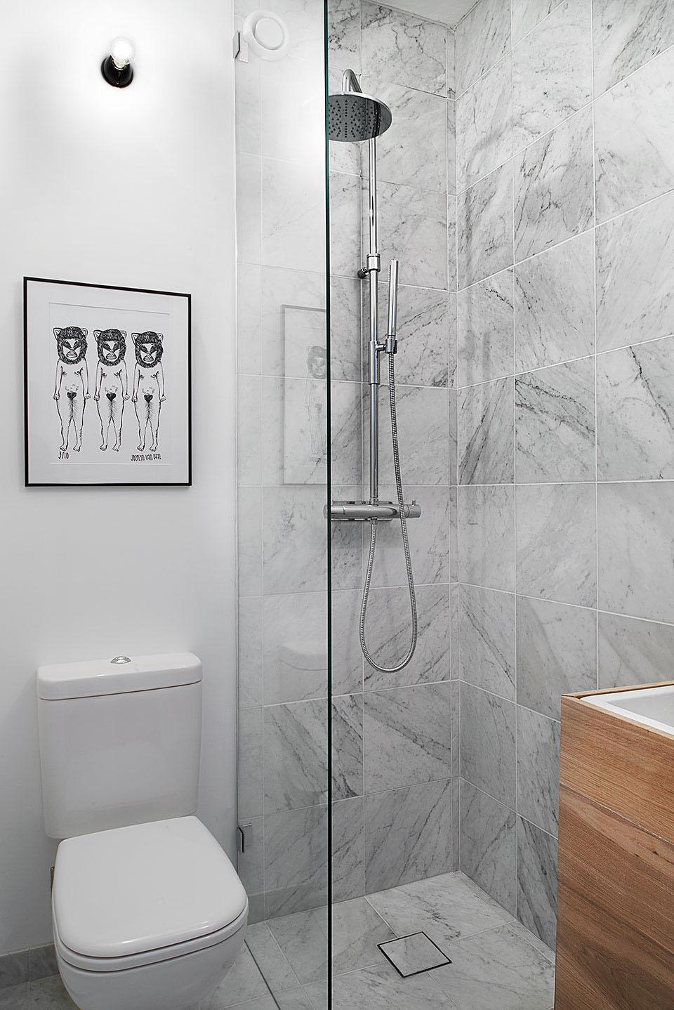卫生间面积有限,但是很好的做了干湿分离,挂了装饰画,简单具有艺术感。