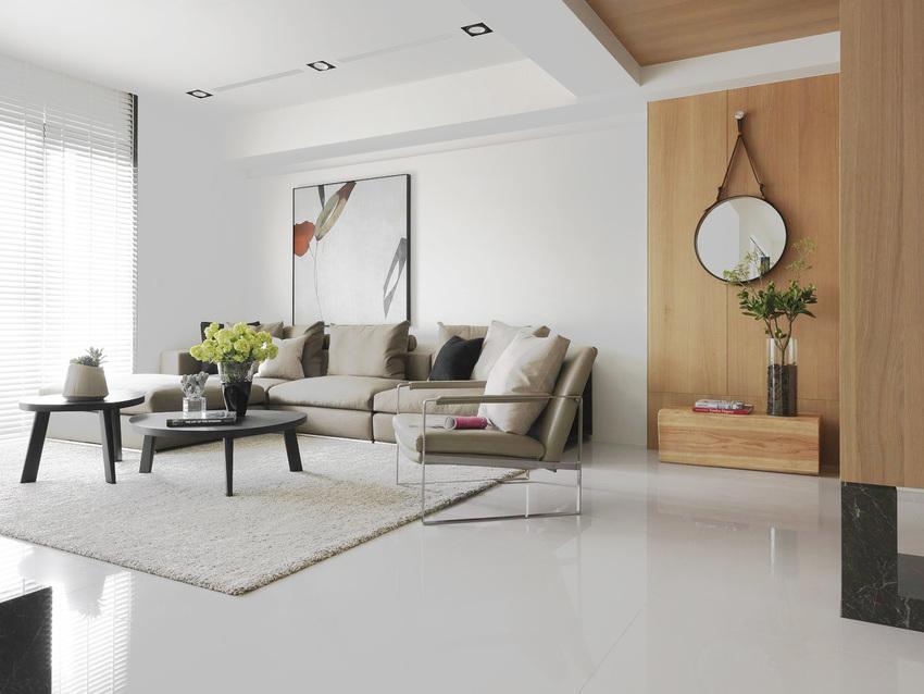 原木与纯白组成的沙发背景墙搭配线条简洁的沙发,让光线得以完全利用,让屋内拥有充足亮度。