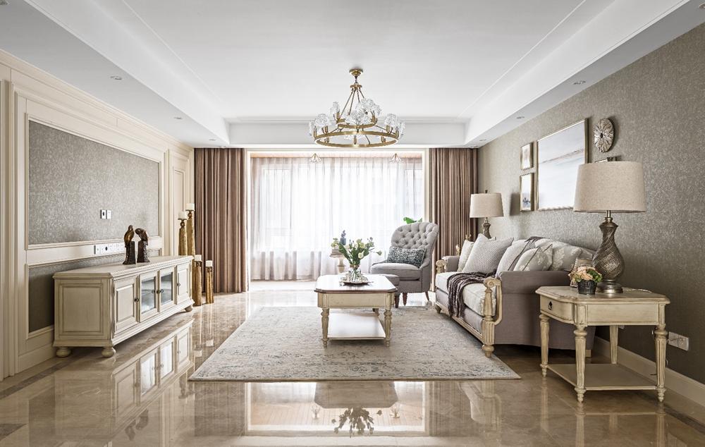 米色调客厅明亮舒适,灰色丝绒沙发十分素雅,呈现出精致的欧式空间。