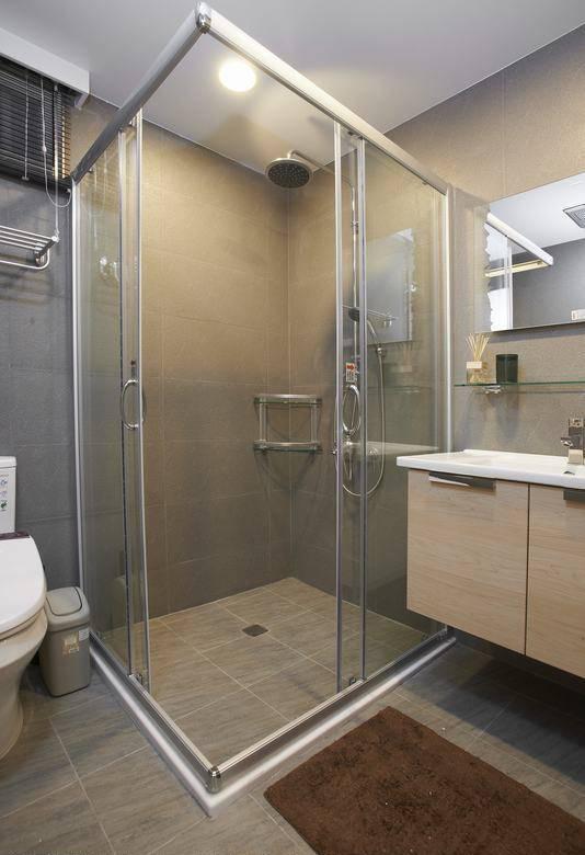 原本并排规划的四件式卫浴空间让空间感觉特比狭小。
