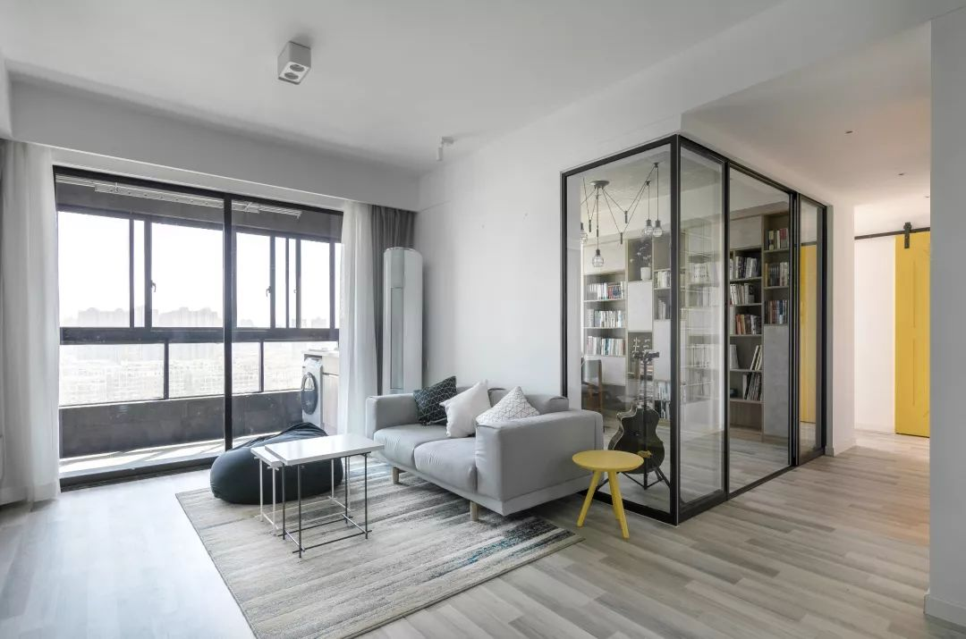 宽敞的大客厅,和阳台、书房都做了非常好的衔接,各自独立却又相通着。玻璃隔断,巧妙地解决了采光问题。