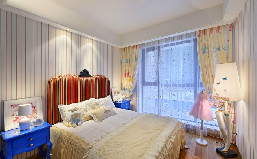 儿童房的装饰就显得轻快。淡雅了许多,台灯底座是用人腿模型制作而成的,像支撑一把伞。