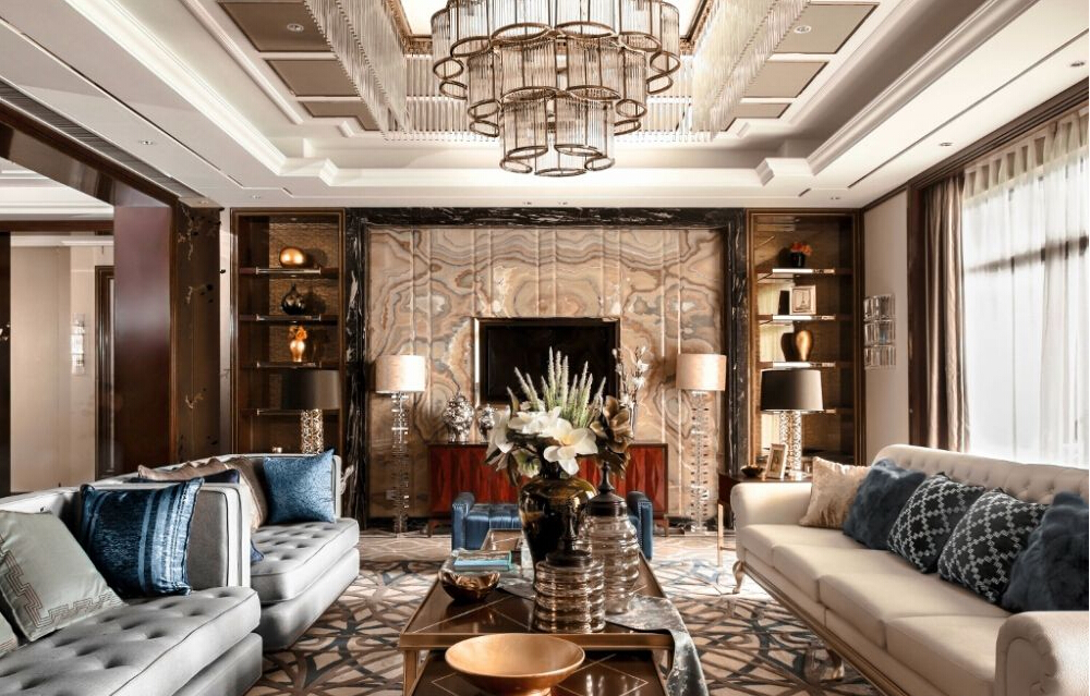如果你在一个房子里面看见精心镶嵌的天花板上悬挂着绝美吊灯,门窗都是精致的镶边修饰,那就是意大利风。