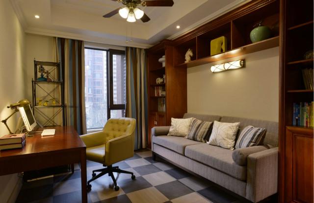 书房装修的非常舒适,读书累了可以在沙发上休息,格子地板让空间显得非常时尚。
