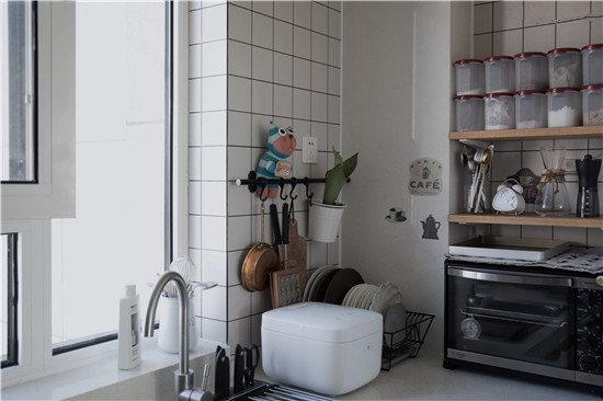 这个转角是我非常喜欢的角落,可能只有一平米,但是空间利用的最好~放置了电饭煲,沥水篮、挂架、烤箱