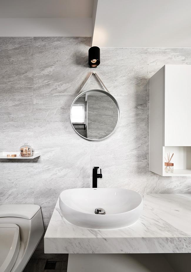 卫生间延续灰白色调,利用大理石的清爽,铺陈出整洁利落的洗浴空间。