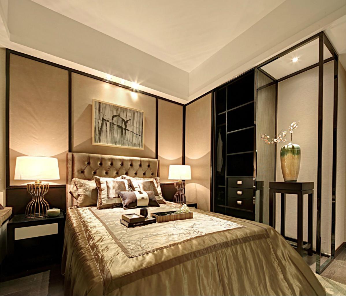 次卧配上挂画和壁灯,非常的清新素雅,床搭配素档次感十足的床品,让人眼前一亮。