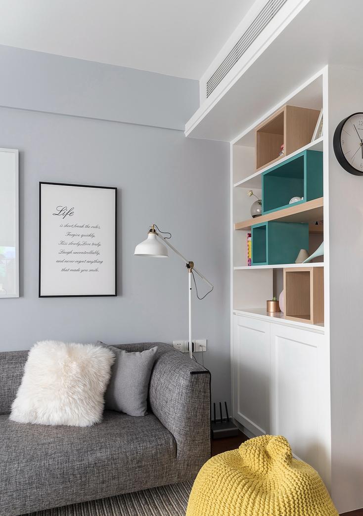 坐在沙发上透过展示柜上一个个窗户般的木框窥探餐厅的动静,让你第一时间洞察开饭时间的先机。